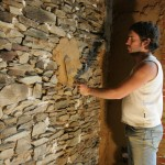 Application du torchis sur mur en pierre – Argilus